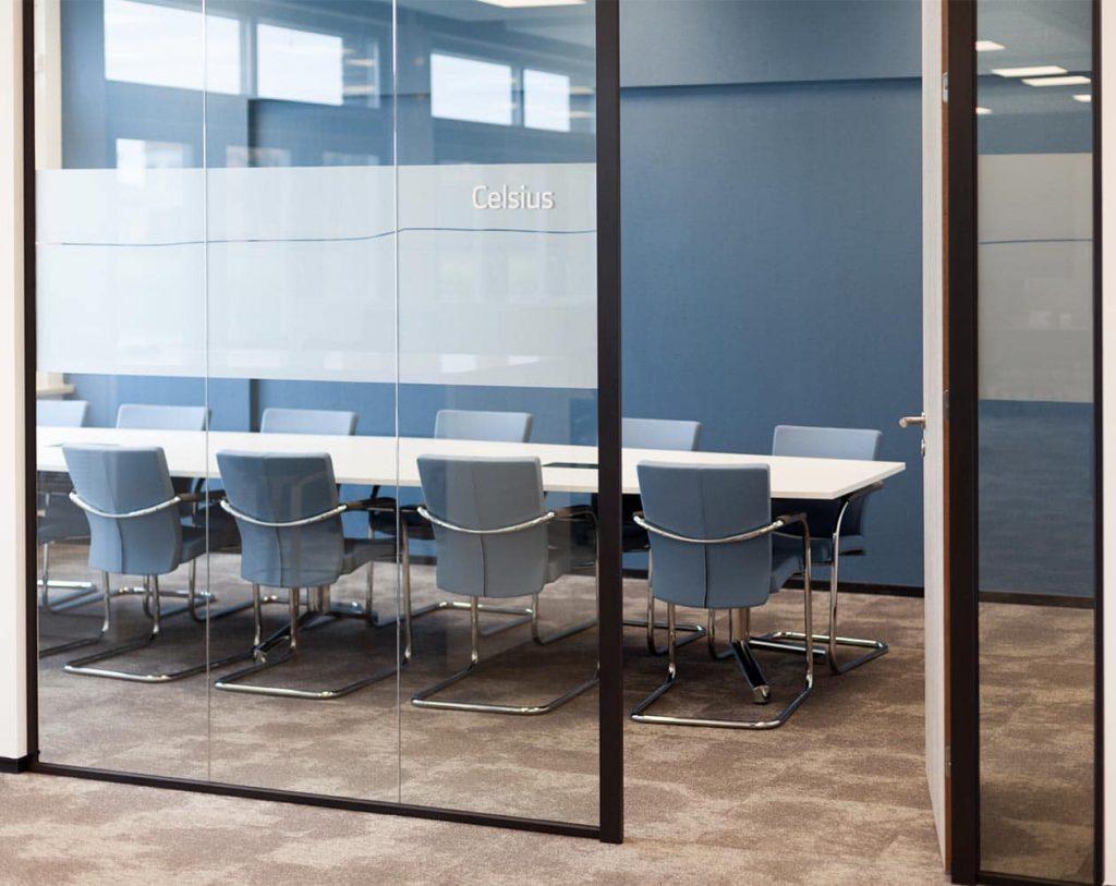 Stel de juiste dB eisen voor glaswanden in uw interieurproject